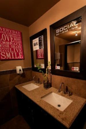Social Resto Lounge: Bathroom