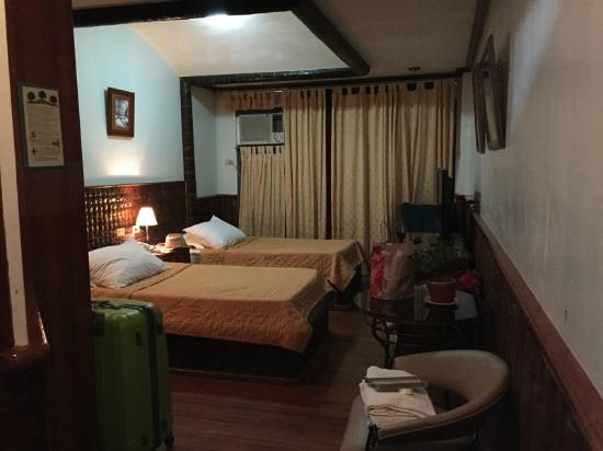 Fernandos Hotel: Room#206: Air-con, Cable TV, Telephone... Wifi at the restaurant