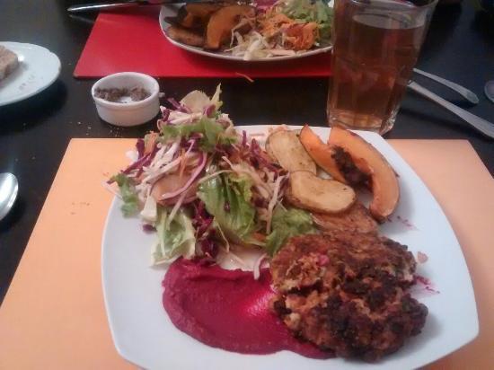 Covita cocina natural: Veggie burguer con vegetales asados y ensalada. Mmm :)