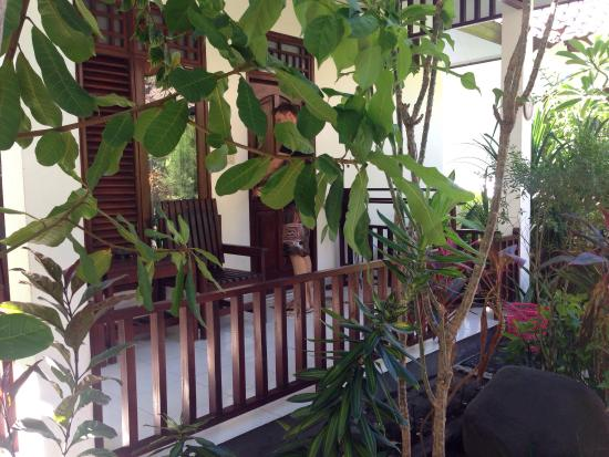 Gili Smile Bungalow: The entrance terrace to the lodge