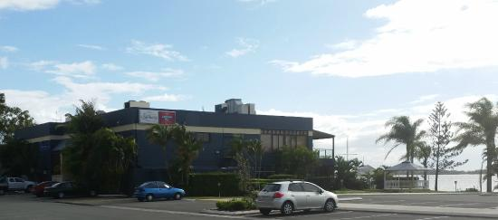 Caloundra Power Boat Club : Exterior of building - right on the water
