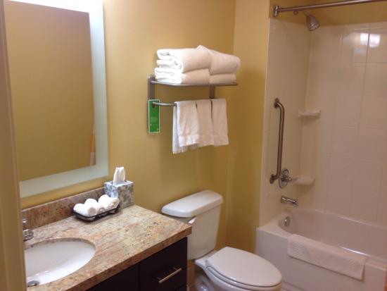 TownePlace Suites Erie: Bathroom.
