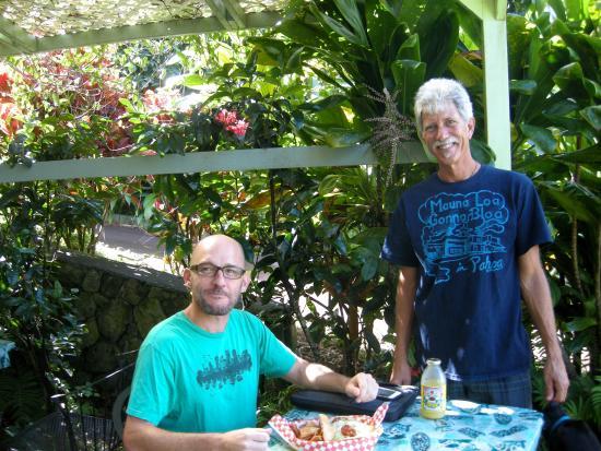 Gill's Lanai: Owner Jim and a Gill's customer