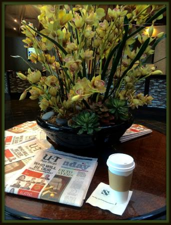 Handlery Hotel San Diego : Complimentary newspapers are available in the lobby