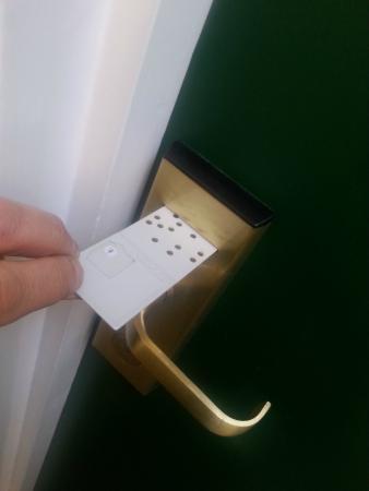 Beaver Hotel: La serratura con scheda perforata.