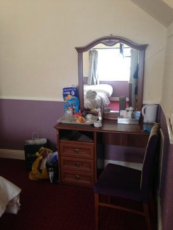 My Place Dublin Hotel: l'unica mobilia della stanza,non c'era l'armadio