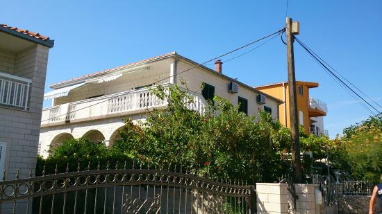 Vila Dama : Widok domu z uliczki