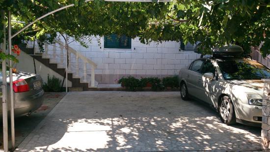 Vila Dama : Parking na 5 aut