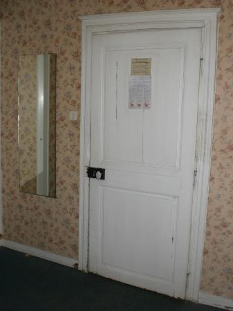 """Hotel Le Montauban: Door from the inside - """"rules""""-table from 1988 on the door"""