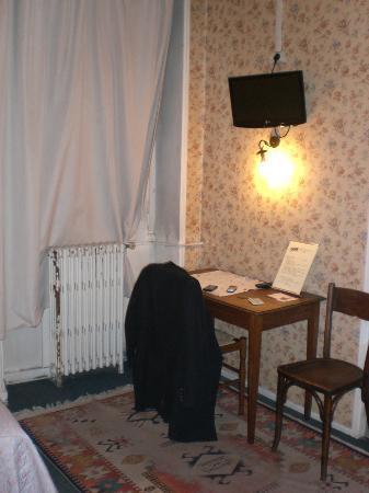 Hotel Le Montauban: tiny TV and radiator