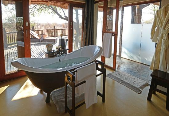 Etali Safari Lodge: En-suite bathrooms include a large bath tub, both an indoor  & outdoor shower, plus twin vanity