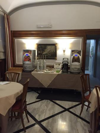 Hotel Arcangelo: Desayuno. Máquina de café