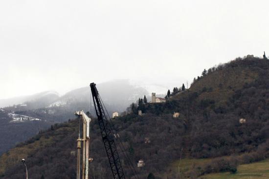 Vittorio Veneto, Italia: Vista verso Nord - S.Augusta (e macchinari cantiere) 6febbraio2015.