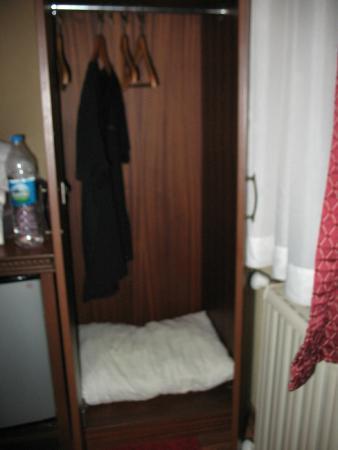 Hotel Fahri: El placar con ropa sucia