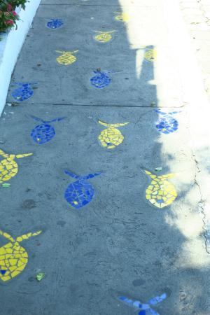 Galapagos Deli: Out side sidewalk