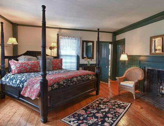 Pilgrim's Inn : Room 2 on the first floor features a king bed and pumpkin pine floors