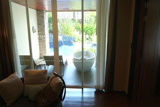 SENTIDO Graceland Khao Lak Resort Spa Blick Vom Wohnzimmer Auf Terrasse Mit Jacuzzi Und