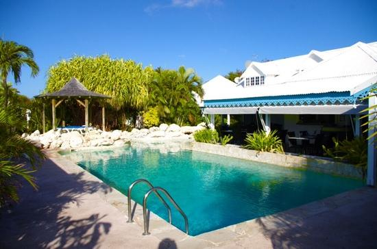 Une entr e photo de hostellerie des chateaux saint for Restaurant piscine