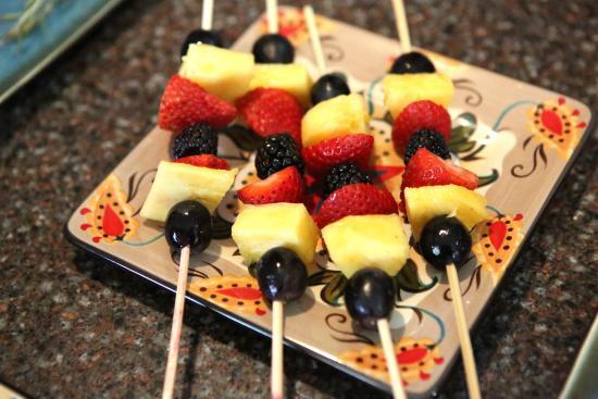 Corrales, New Mexiko: Fruit kabobs for breakfast