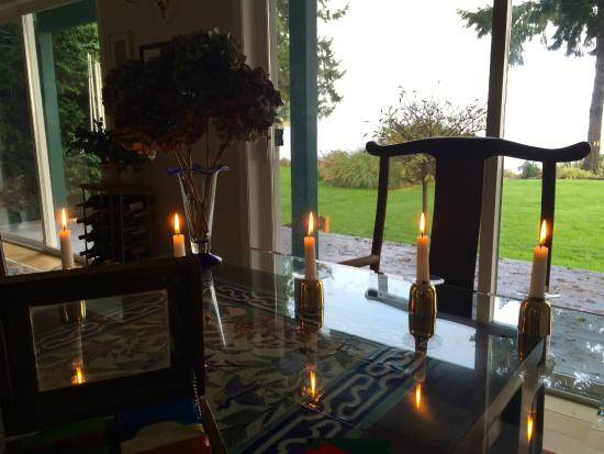 Belle Vue Bed and Breakfast: Breakfast table facing the water