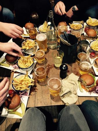 The Elgin: Marvellous burgers and pints! The beautiful Andy made the experience just perfect! A lovely girl