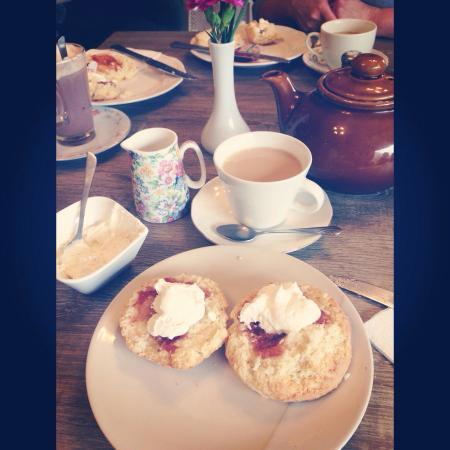 Linen House Restaurant: Lovely Scones and Tea!