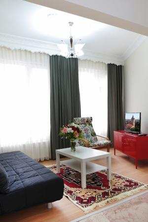 Ekim Apartments: Living room