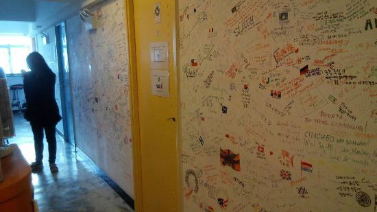 Rainbow Lodge Hong Kong: 一進大廳牆上的留言牆