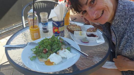 Natimuk, Avustralya: Smashed avacado on Turkish bread with poached eggs. Yum!