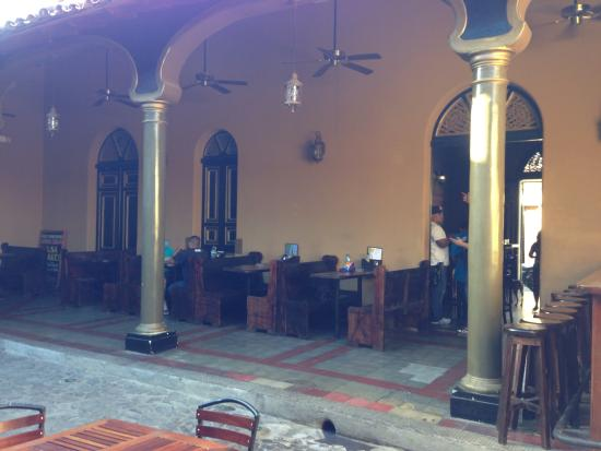 Reilly's Irish Tavern: Courtyard 3