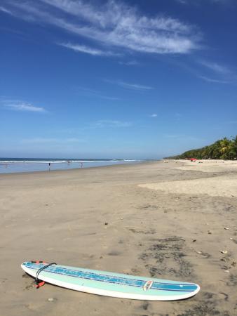 Mal Pais Surf Camp & Resort: Tout pres du lit... L appel des vagues du matin
