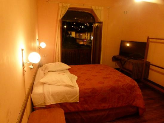 Hostal Revash: Hotel por la noche
