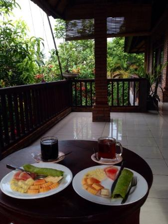 Indraprastha Home Stay: Delicious breakfast on our balcony!