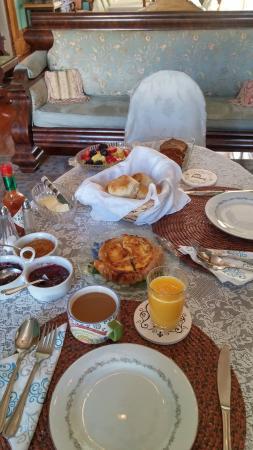 The Parisian Courtyard Inn: Delicious breakfast