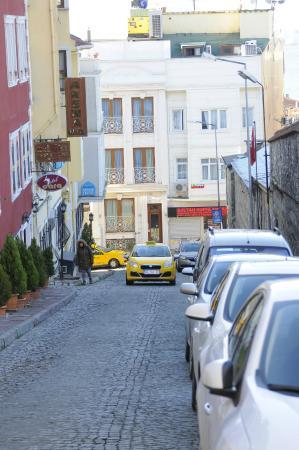 Ada Hotel Istanbul: La calle que va al otro edificio del hotel Ada, alli nos alojamos