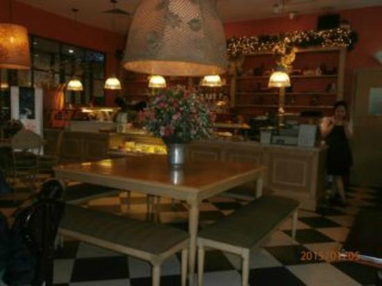 Paris Deli: Good view of the decor inside