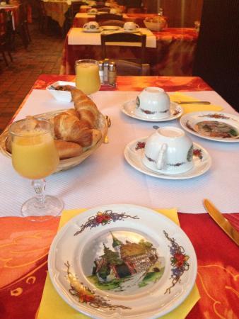 Hotel Dontenville: Атмосфера завтрака