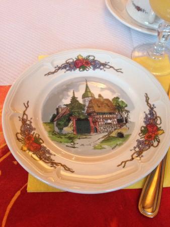 Hotel Dontenville: Красивая посуда