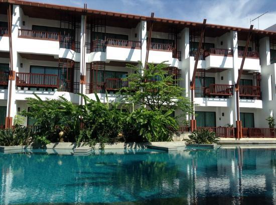 The Elements Krabi Resort: จากสระว่ายน้ำ เห็นห้องพักอยู่ด้านหลัง