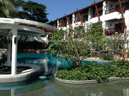 The Elements Krabi Resort: อีกมุม ริมสระ