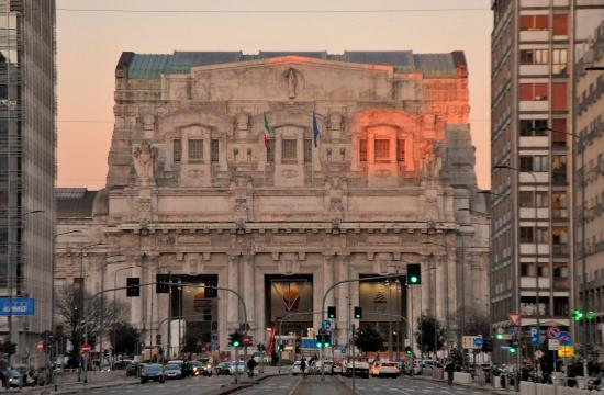 Fontana di Piazza San Babila: La Stazione Centrale al tramonto