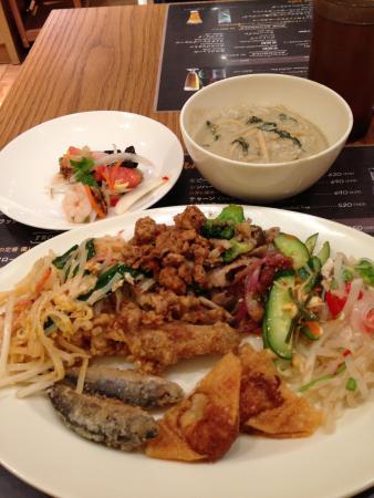 Mango Tree Cafe Shinjuku: ガパオにパッタイなど