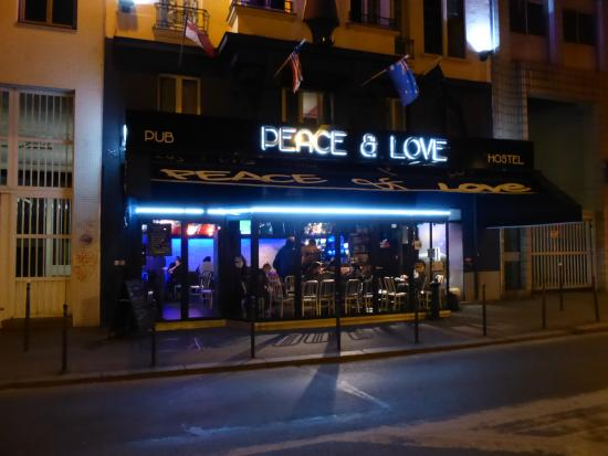 Peace and Love Hostel : 夜間外観