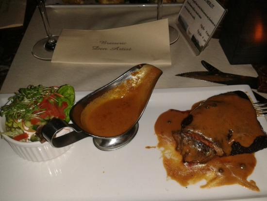 Brasserie den Artist: Filet mignon served with salad and pepper sauce