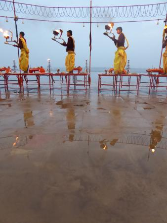 Sahi River View Guesthouse: The morning fire ceremony just opposite the guest house