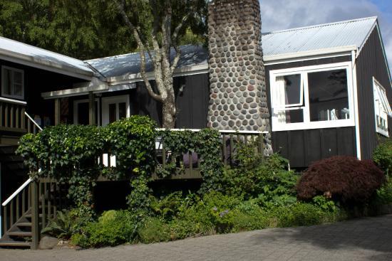 Sportsmans Lodge: a pleasant porch