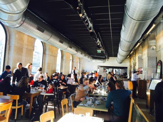 Brasserie des Halles de L'Ile: Brunch on a sunday, a great variety of food but over crowded!
