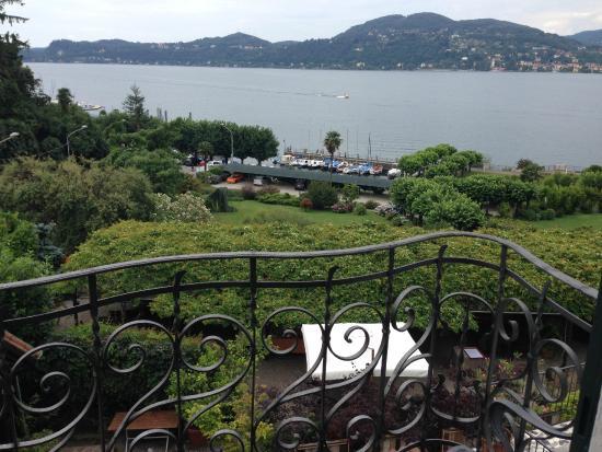 Il Sole Di Ranco : Blick vom Zimmerbalkon auf den See