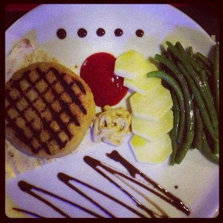 L'Opoz : Piatto vegetariano: hamburger di ceci con contorno (si può scegliere) di verdure lesse con glass
