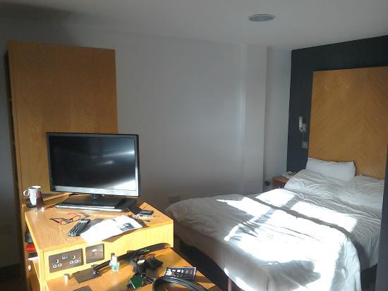 Roomzzz Leeds City West: TV and sleeping area